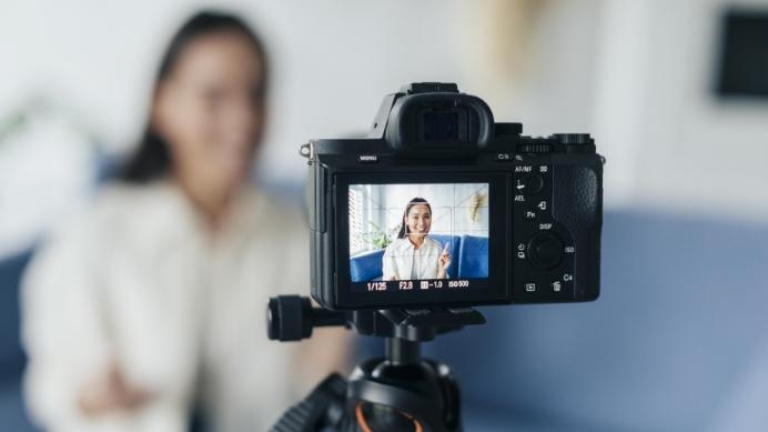 blurry-female-vlogger-online-streaming